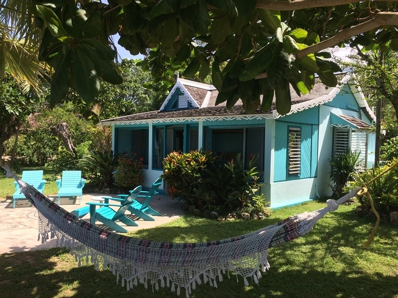 BAHIA - a one bedroom beach front cottage in Runaway Bay!
