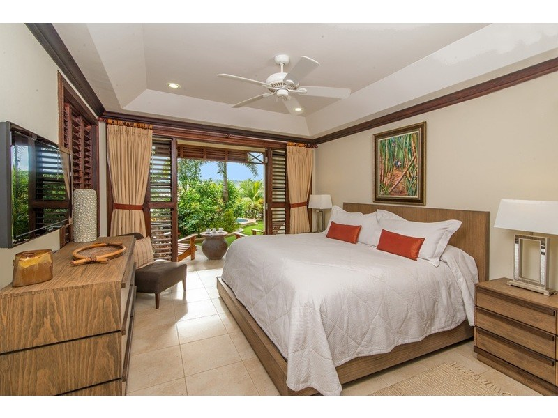 Sugarcane bedroom in the annex with king bed / Jacuzzi just steps away!